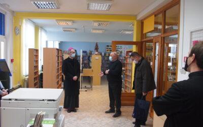 Pastoralni pohod pomoćnog biskupa mons. Ivana Ćurića Općinskoj narodnoj knjižnici Drenovci